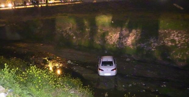 Adana'da boş sulama kanalına devrilen otomobilin sürücüsü hafif yaralandı