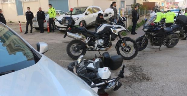 Adana'da motosikletiyle trafik ekiplerinden kaçmaya çalışan ehliyetsiz sürücü kaza yapınca yakalandı