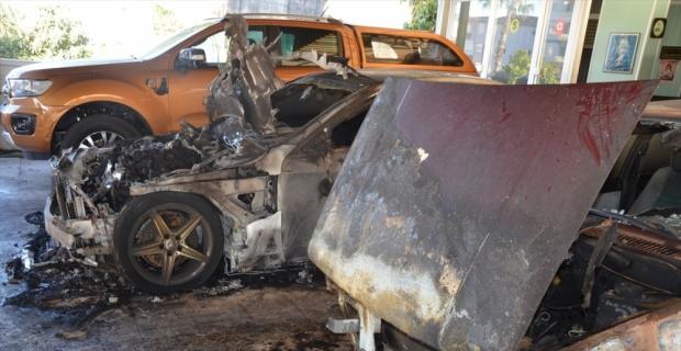 Antalya'da oto galeride çıkan yangında 8 otomobil zarar gördü