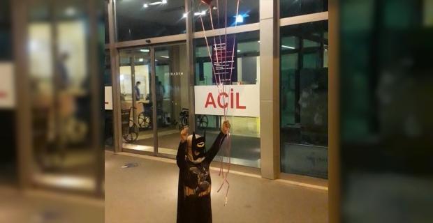 """Donörün vazgeçmesi üzerine kardeşinin iliğiyle hayata tutunan Yiğit Ali, """"Batman"""" kostümüyle taburcu edildi"""