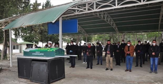 Antalya'da, psikolojik tedavi gördüğü ileri sürülen oğlu tarafından öldürülen annenin cenazesi toprağa verildi