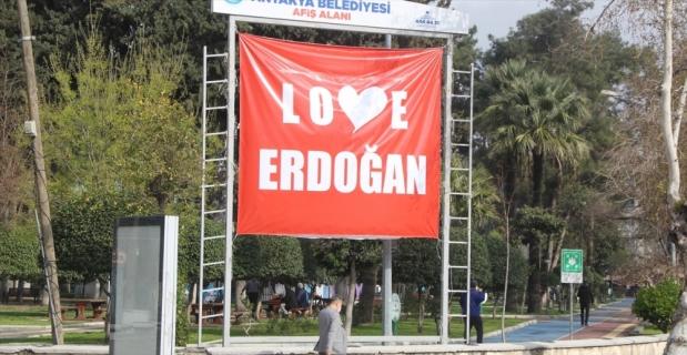 """Hatay'da kent meydanına """"Love Erdoğan"""" afişi asıldı"""