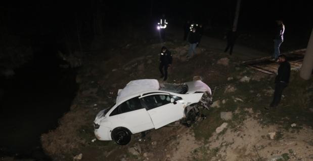 Isparta'da otomobil dereye devrildi: 3 yaralı