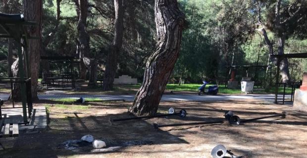 Kaş'ta parktaki aydınlatma direkleri ve piknik masaları tahrip edildi