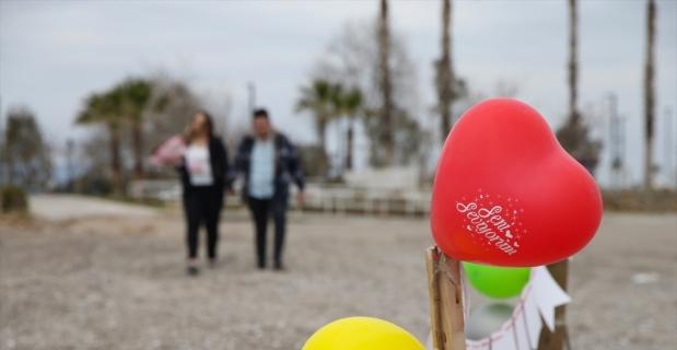 Kız arkadaşına Antalya'nın Konyaaltı sahilinde meşaleli sürpriz evlilik teklifi yaptı