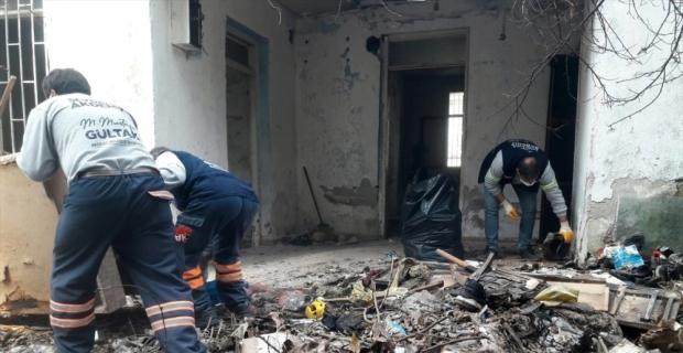 Mersin'de atıl durumdaki evden 4 kamyonet çöp çıkarıldı