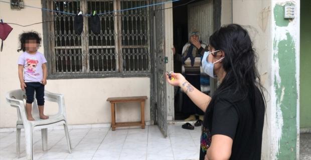 Adana'da balkondan aşağıya sarkan çocuğu itfaiye kurtardı