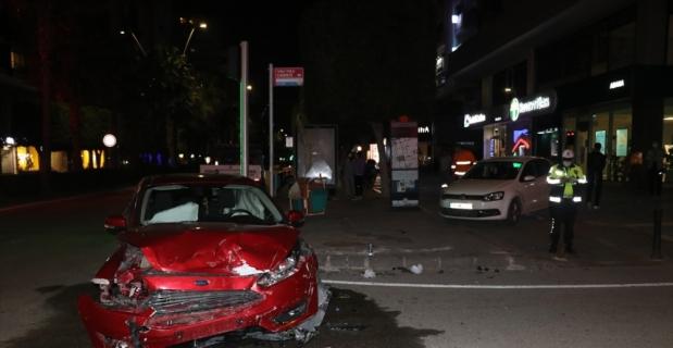 Adana'da iki otomobilin çarpıştığı kazada 2 kişi yaralandı