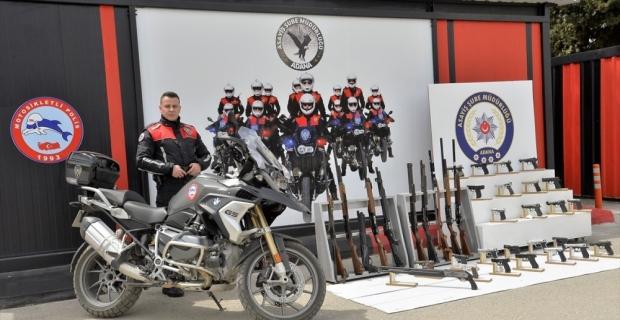 Adana'da polis denetimlerinde ruhsatsız 29 silah ele geçirildi