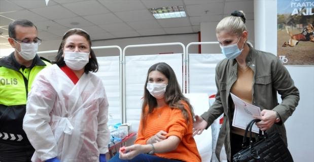 Adana'da polisler Türk Kızılaya kan ve kök hücre bağışı yaptı
