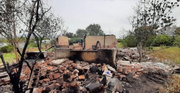 Antalya'da 2 katlı ahşap evde çıkan yangın hasara yol açtı