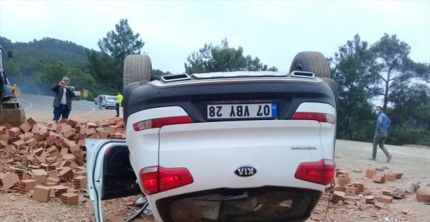 Antalya'da tuğla yüklü kamyonla otomobil çarpıştı: 4 yaralı