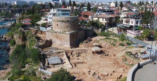 Antalya'nın simgelerinden Hıdırlık Kulesi çevresindeki arkeolojik kazıların alanı genişletiliyor