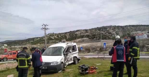Burdur'da hafif ticari araçla kamyonet çarpıştı: 2 ölü, 1 yaralı
