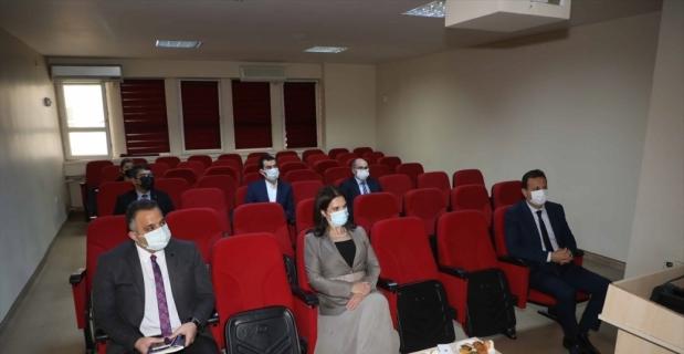 ÇÜ Rektörü Tuncel, üniversitede yapılan yeni dozimetre geliştirme çalışması hakkında bilgi aldı