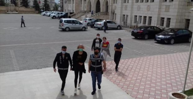 GÜNCELLEME - Adana'da türbede saygısızlık yaptığı gerekçesiyle gözaltına alınan şüpheli hakkında adli kontrol kararı
