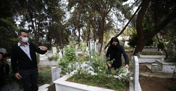İzmir'de yaşayan kişi görüntülü telefondan Antalya'daki mezarını gördüğü annesine dua etti