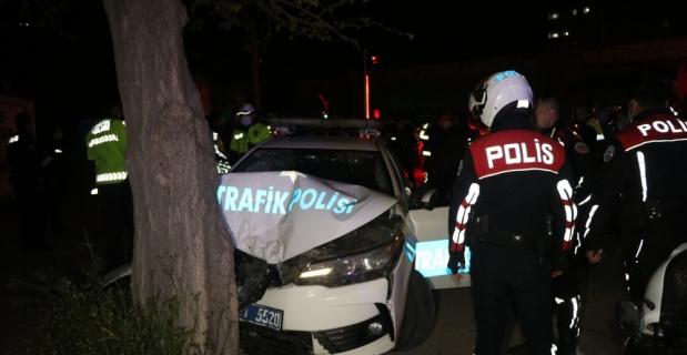 Kaçan otomobili kovalarken ağaca çarpan polis aracındaki 2 polis yaralandı
