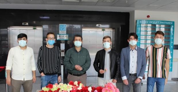 Kepez Devlet Hastanesindeki sağlık çalışanlarına çiçek dağıtıldı