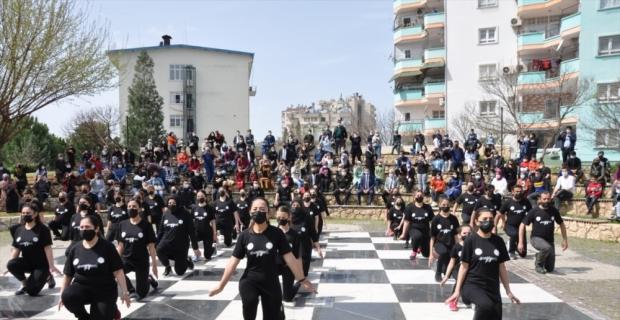 Kozan'da Halk Eğitim Merkezi öğrencilerinden polislere halk oyunu sürprizi