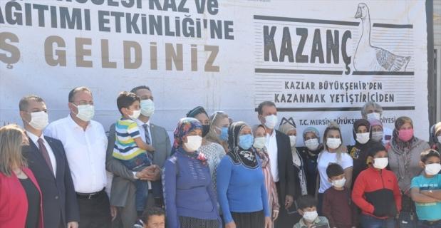 Mersin Büyükşehir Belediyesi'nce 100 üreticiye kaz ve yem desteği verildi