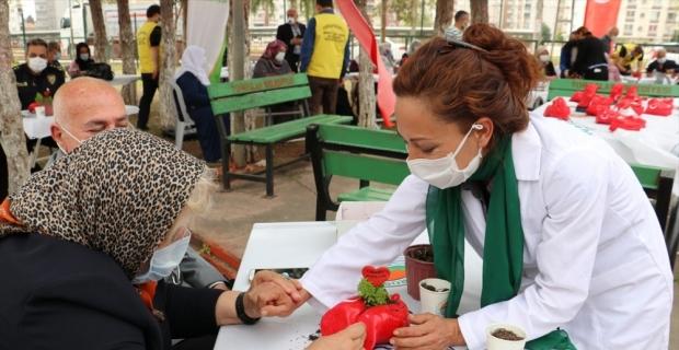 Mersin'de şehit ailelerine, ellerinin ölçüsüne göre şekillendirilen saksı hediye edildi