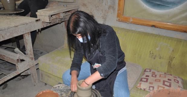 Tarsus'ta vatandaşlardan çömlekçilik kursuna yoğun ilgi gösteriyor