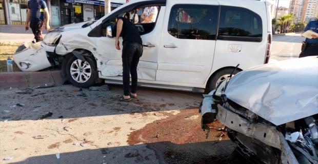 Adana'da iki otomobilin çarpışması sonucu 4 kişi yaralandı