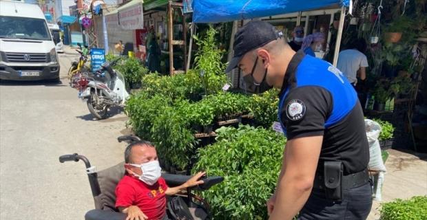 Adana'da polis, Engelliler Haftası dolayısıyla engellileri evlerinde ziyaret etti