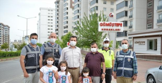 """Kahramanmaraş'ta sokakta görevli polislere """"sizi çok seviyoruz"""" mektubu yazan miniklere hediye verildi"""