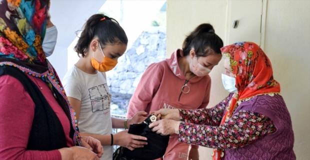 Mersin'de Arslanköy Kadınlar Tiyatro Topluluğu'ndan ihtiyaç sahibi çocuklara kıyafet yardımı