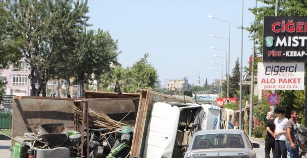 Serik'te peyzaj malzemeleri yüklü kamyonun devrilmesi sonucu kara yolu bir süre trafiğe kapatıldı
