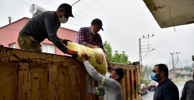 Tarsus Belediyesi çiftçilere 7 ton gübre, 50 bin marul fidesi dağıttı