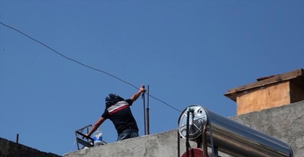 Adana'da evinin damında tüfekle havaya ateş açıp polise direnen kişi gözaltına alındı