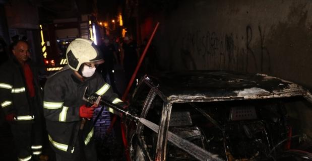 Adana'da park halindeki araçta çıkan yangın söndürüldü