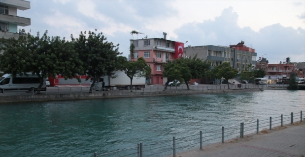 Adana'da sulama kanalına düşen kişiyi çevredekiler kurtardı