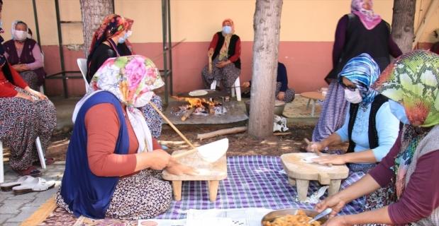 Mersin'de Yörük kadınlarına hamur yoğurma makinesi hediye edildi