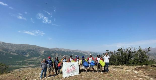 Adana Havacılık ve Adrenalin Sporları Kulübü Bingöl semalarını paraşütlerle renklendirdi