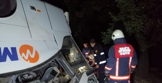 Malatya'da şarampole devrilen yolcu otobüsündeki 5 kişi yaralandı