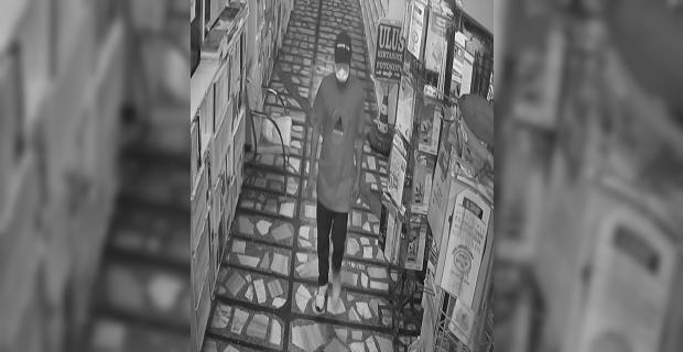 Mersin'de iş yerine giren şüpheli bilgisayar ve çekmecedeki paraları çaldı