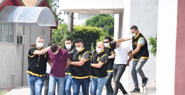 Adana'da darbettikleri kişinin motosikletini çaldıkları öne sürülen 5 zanlıdan 3'ü tutuklandı