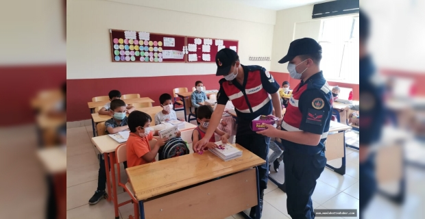 Jandarma ekipleri öğrencileri sevindirdi
