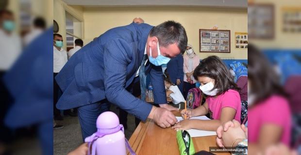 'Kitaplar Devletten, Kırtasiye malzemeleri Türkoğlu Belediyesinden' projesi devam ediyor