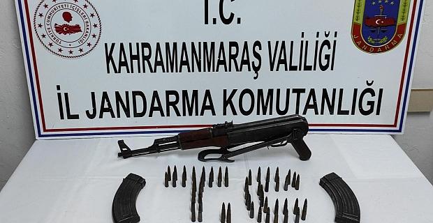 Evin samanlığına gizlenmiş uzun namlulu silah bulundu
