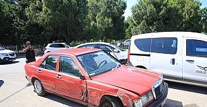 Kaza sonrası yardım için duran sürücünün...