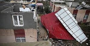 Adana'da rüzgar nedeniyle evin çatısı uçtu