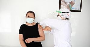 Adana'da, Koronavirüs Bilim Kurulu üyeleri ve sağlıkçılara Kovid-19 aşısı yapıldı