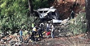 Antalya'da otomobil şarampole devrildi:...