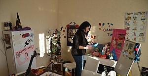 Dersliğe çevirdiği evinden yaptığı yayınlarla öğrencilere yabancı dili sevdiriyor