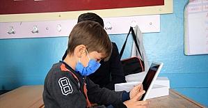 Hayırsever iş insanı kapı kapı gezerek ihtiyaç sahibi öğrencilere tablet ulaştırıyor